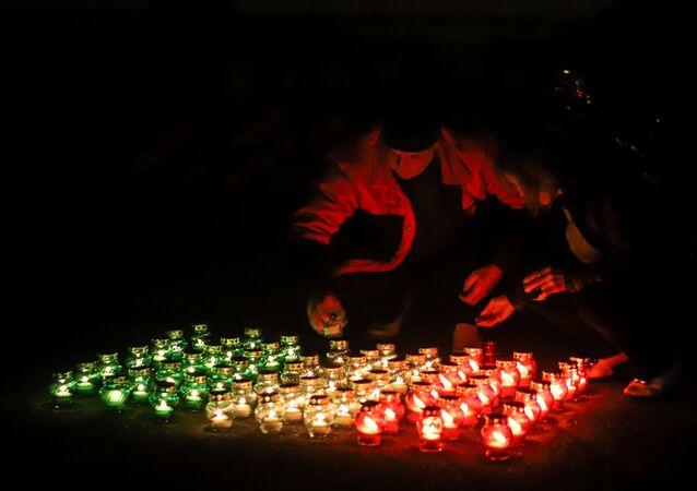Residenti locali di Beslan accendono le candelle per esprimere il sosotegno agli italiani
