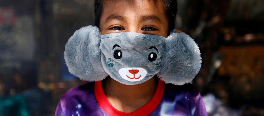 Panji indossa una mascherina a forma di animale per la diffusione del coronavirus a Giacarta, Indonesia, il 2 aprile 2020