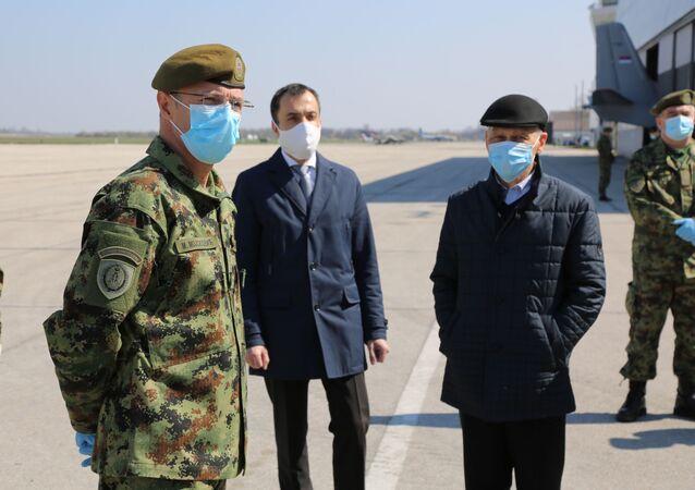 L'ambasciatore della Russa in Serbia Aleksandr Botsan Kharchenko all'aerodromo di Belgrado.