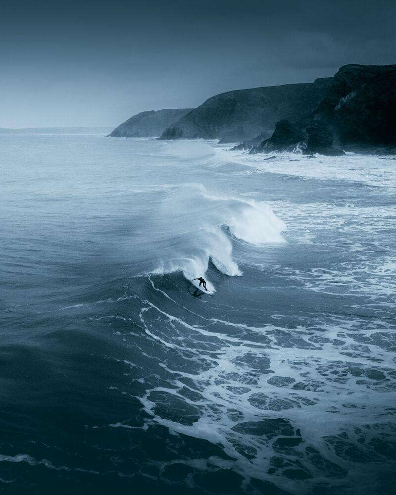 Lo scatto A lone surfer braving the winter cold on the Cornish North Coast   (Un surfer solitario contro il freddo invernale) di un fotografo britannico al concorso The World's Best Photos of #Water2020.