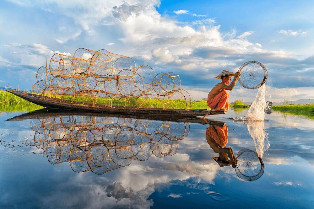Lo scatto Fishing (Pesca) di un fotografo vietnamita al concorso The World's Best Photos of #Water2020.