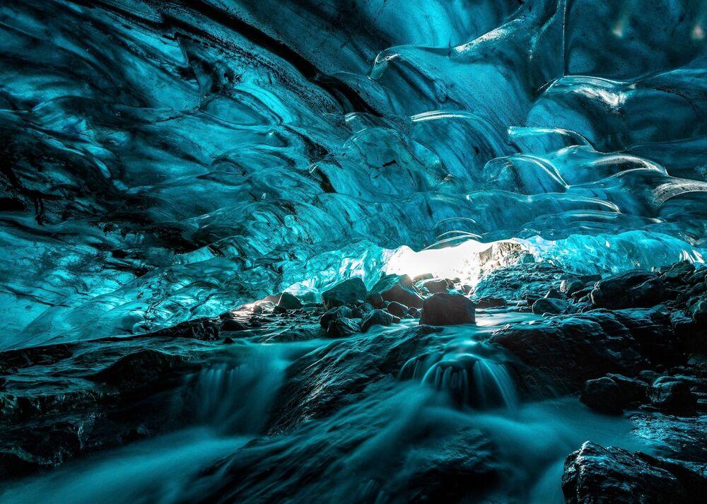Lo scatto Ice cave (Caverna gelida) di un fotografo malese al concorso The World's Best Photos of #Water2020.