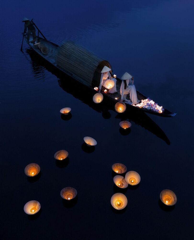 Lo scatto Underwater prayers (Preghiere subacquee) di un fotografo vietnamita al concorso The World's Best Photos of #Water2020.