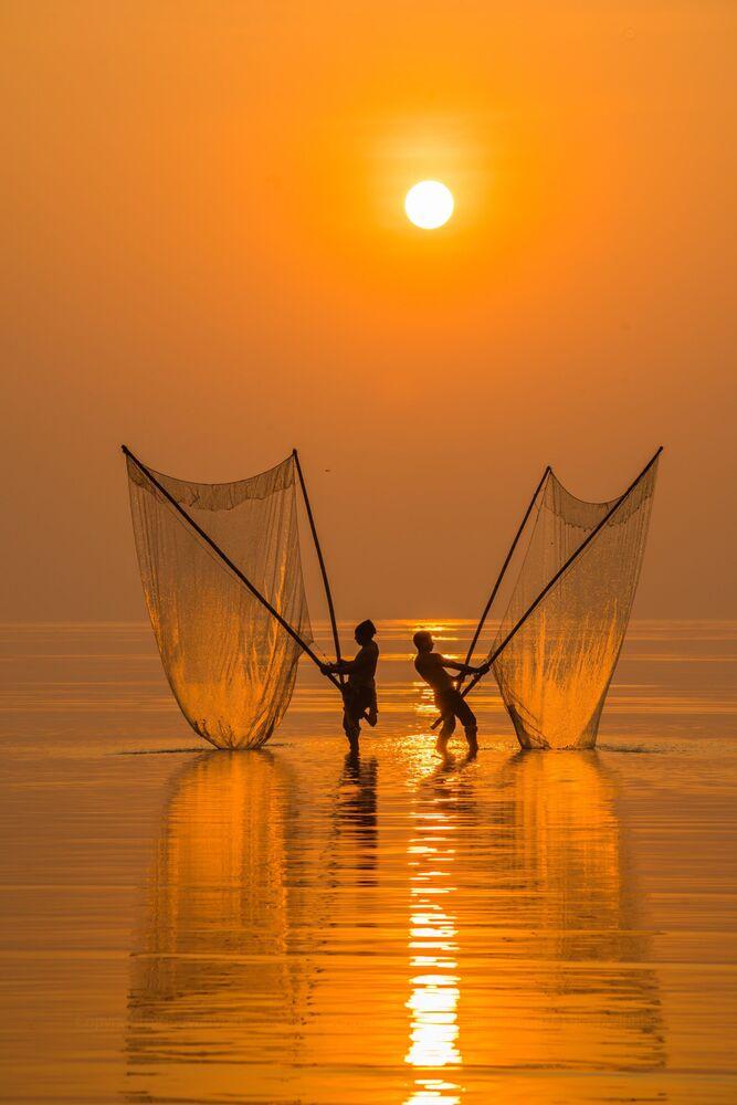 Lo scatto Fisherman under the dawn (Pescatore all'alba) di un fotografo vietnamita al concorso The World's Best Photos of #Water2020.