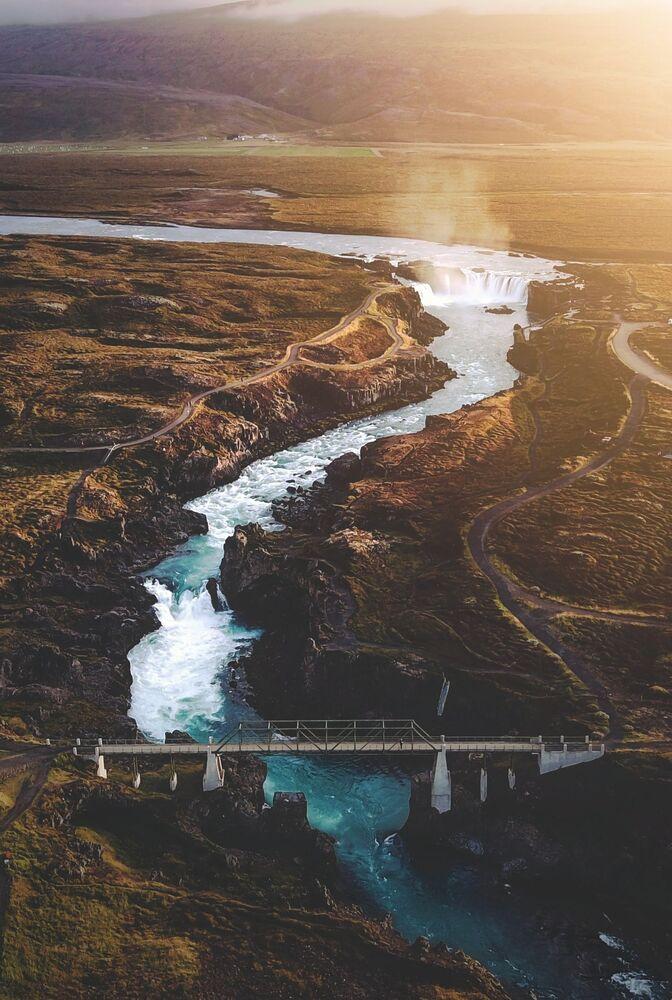 Lo scatto A sunset flight over the waterfall of the gods (Volo al tramonto sulla cascata di Dei) di un fotografo britannico al concorso The World's Best Photos of #Water2020.
