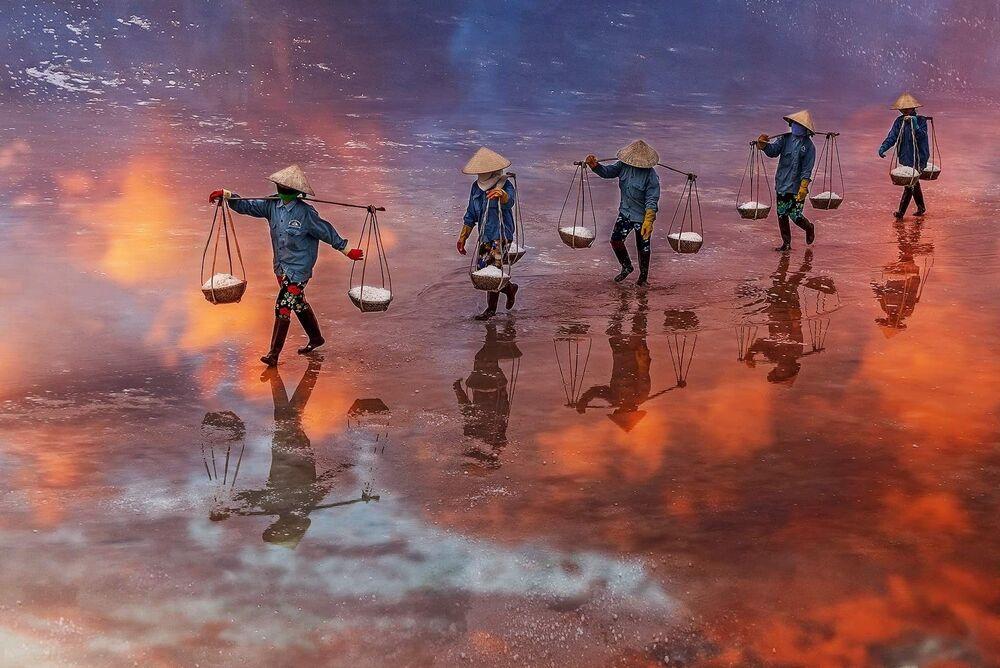 Lo scatto A Sunset on the salt field of Ninh Diem Khanh Hoa Vietnam di un fotografo vietnamita al concorso The World's Best Photos of #Water2020.
