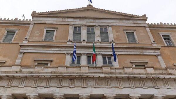 La bandiera italiana sull'edificio del Parlamento ellenico - Sputnik Italia