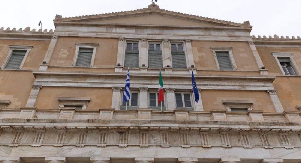 La bandiera italiana sull'edificio del Parlamento ellenico