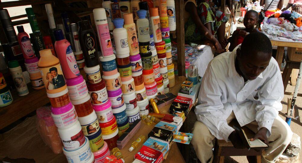 Un venditore di prodotti coreani per depigmentare la pelle ad un mercato in Niger