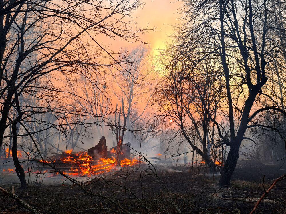 Un incendio boschivo nel pressi del villaggio di Rahivka nella zona di alienazione di Chernobyl.