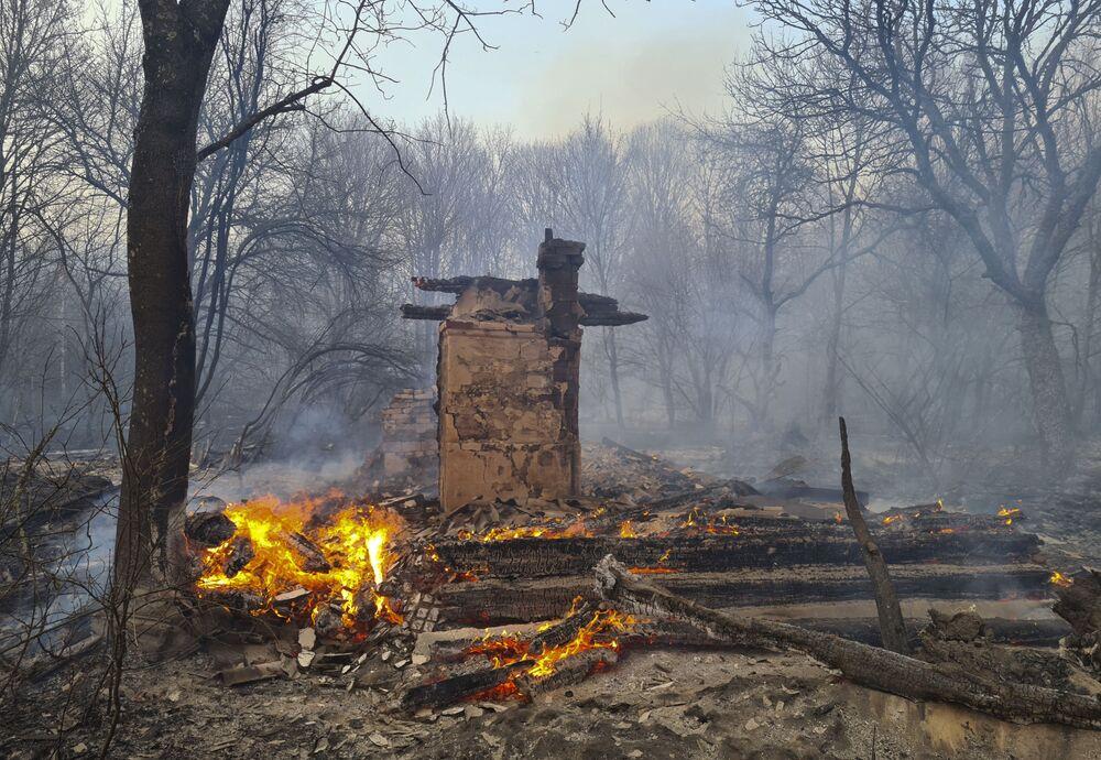 Una casa disabitata ha preso fuoco durante l'incendio boschivo nella zona di alienazione di Chernobyl