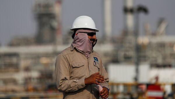 Un dipendente della compagnia petrolifera saudita Saudi Aramco - Sputnik Italia