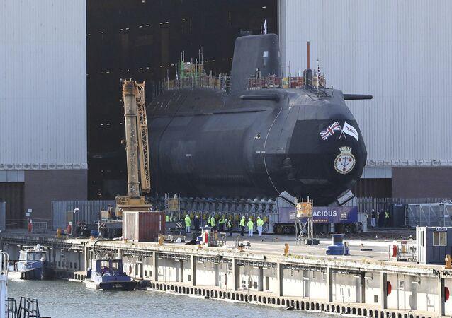 HMS Audacious, il quarto sottomarino a propulsione nucleare di classe Astute della Royal Navy, viene rimosso dal complesso di costruzione navale al coperto di BAE Systems, Burrow-in-Furness, Inghilterra,
