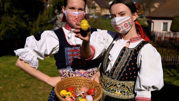 Ragazze slovacche con uova colorate per Pasqua nel villaggio di Soblahov, Slovacchia - Sputnik Italia