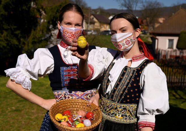 Ragazze slovacche con uova colorate per Pasqua nel villaggio di Soblahov, Slovacchia