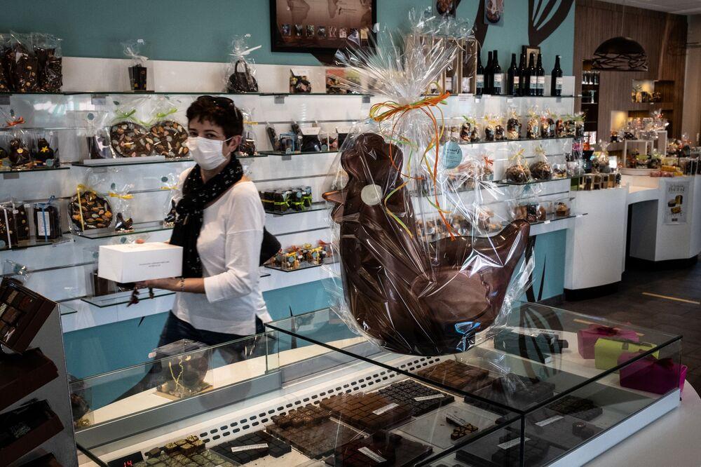 Una donna in un negozio alla vigilia di Pasqua in Francia