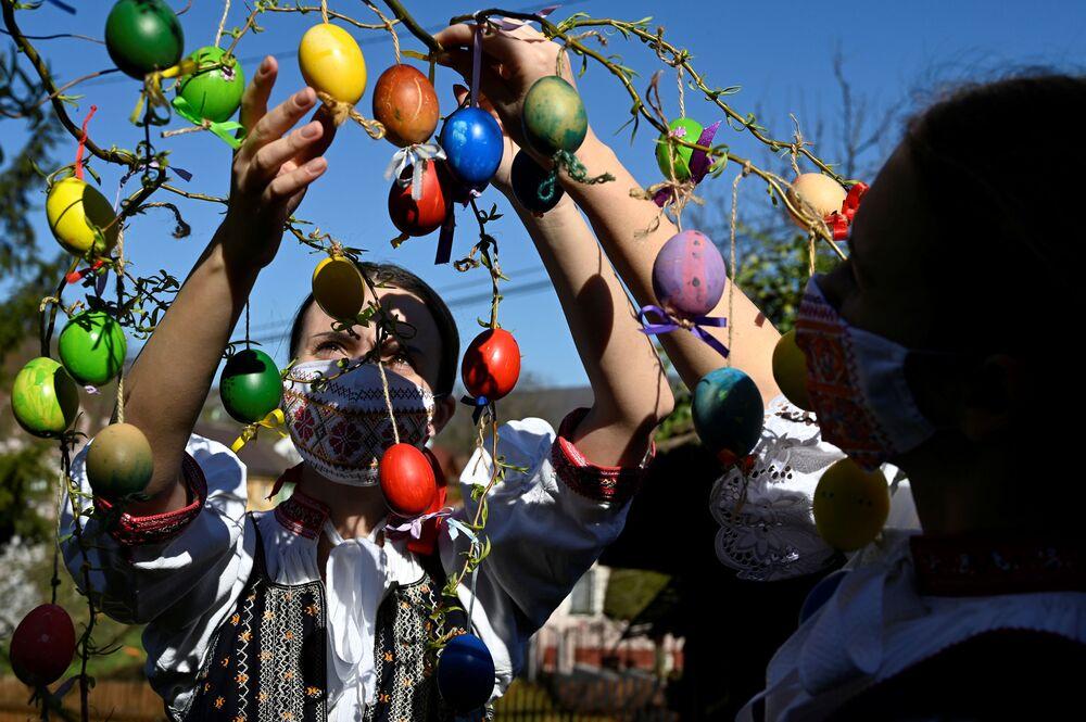 Ragazze slovacche decorano un albero con le uova di Pasqua
