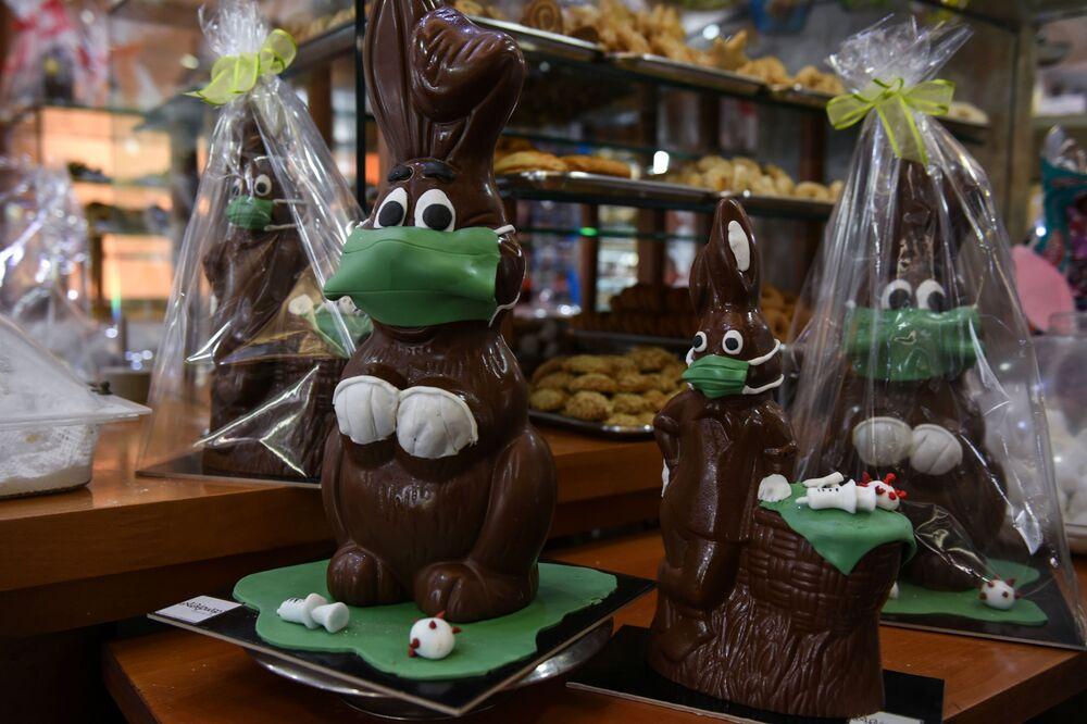 Vendita di coniglietti pasquali di cioccolato in una pasticceria greca