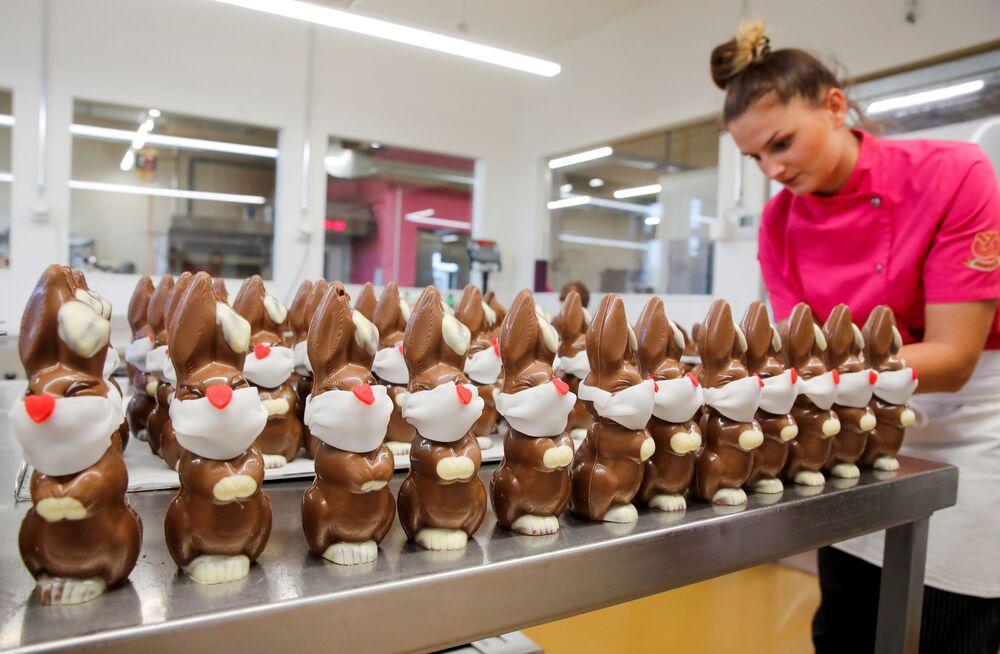 Preparazione di coniglietti pasquali di cioccolato in una pasticceria svizzera