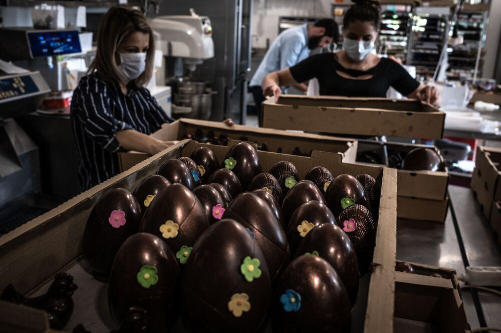 I dipendenti di una pasticceria francese preparano le uova di cioccolato per Pasqua, Francia