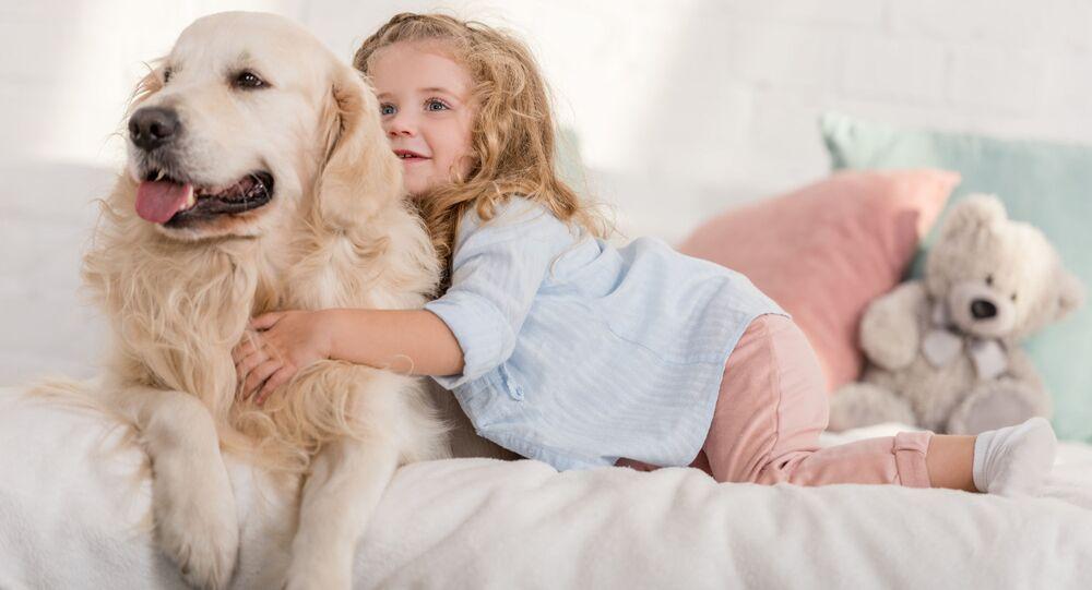 Una bambina con un cane