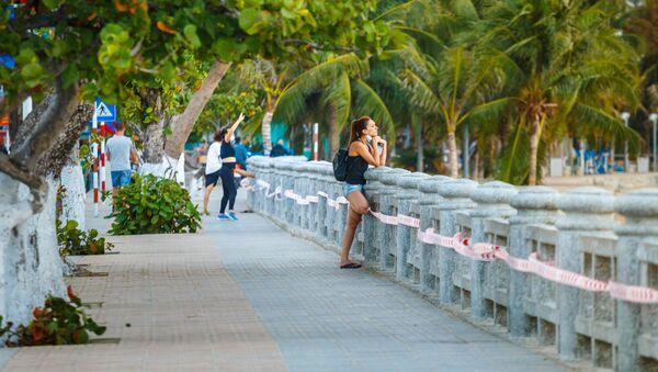 A girl stands on the embankment at Nha Trang resort in Vietnam. - Sputnik Italia