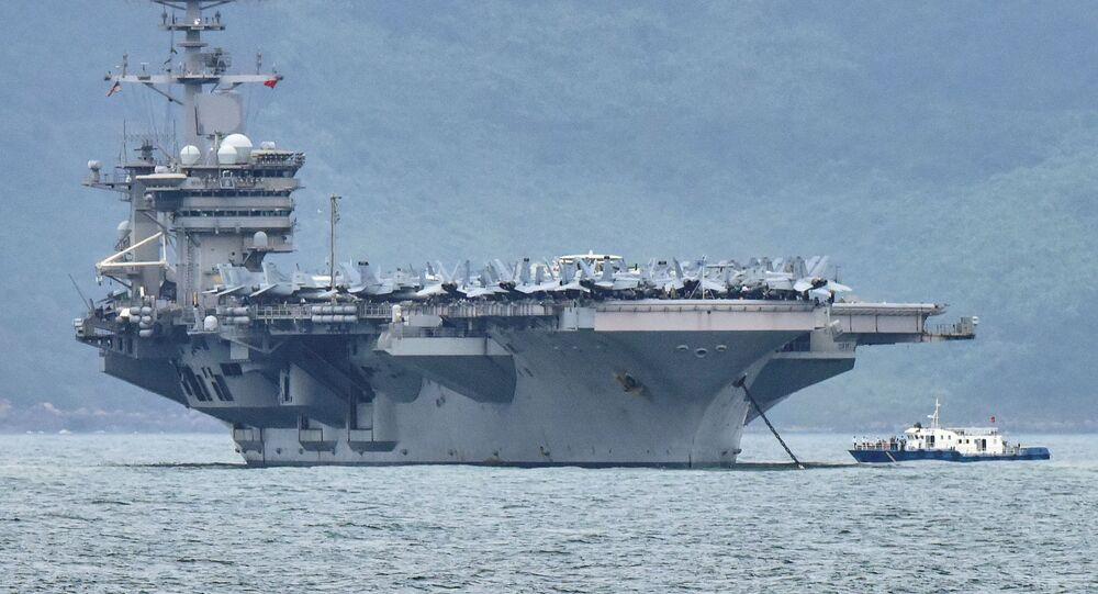 La portaerei Theodore Roosevelt (CVN-71) al porto Da Nang, in Vietnam