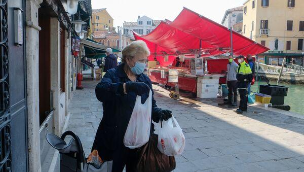 Una signora in mascherina e in guanti a Venezia - Sputnik Italia