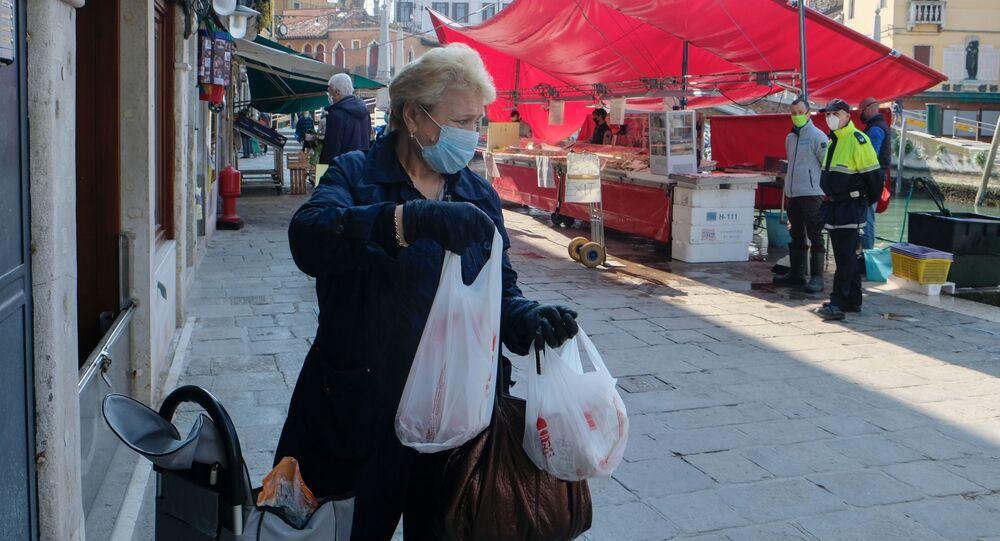 Una signora in mascherina e in guanti a Venezia