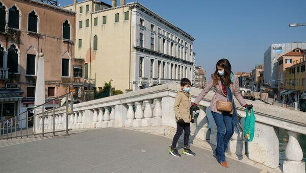 Una donna con il suo figlio in mascherine a Venezia - Sputnik Italia