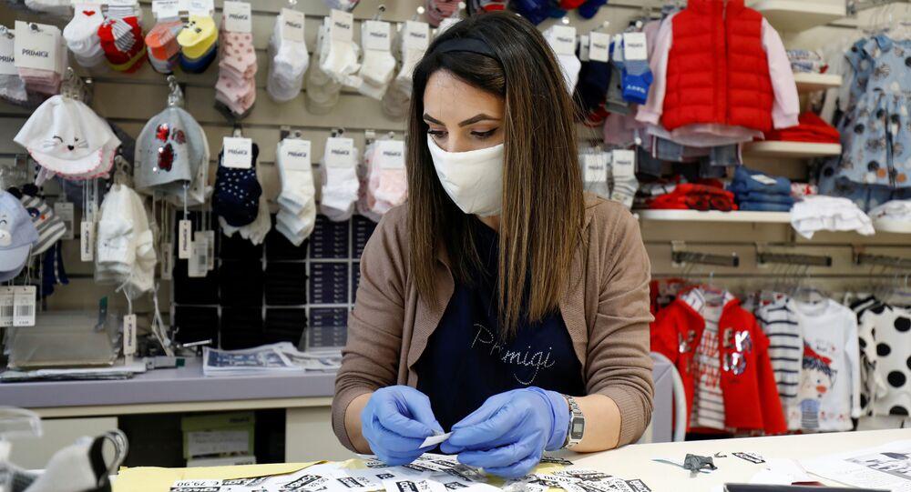Una donna in mascherina in un negozio per bambini a Catania, Italia