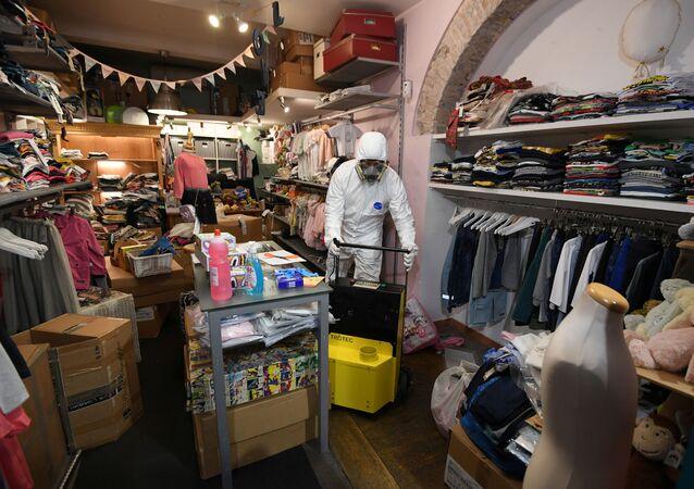 Un dipendente in costume protettivo in un negozio per bambini a Roma