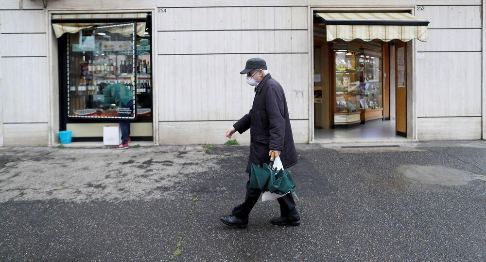 Un uomo in mascherina passa un'enoteca a Roma