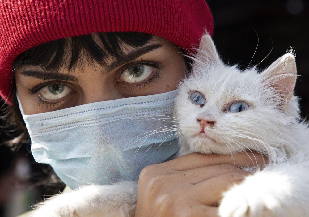 Una donna irachena con un gatto