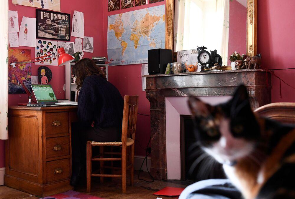 Una studentessa francese e il suo gatto