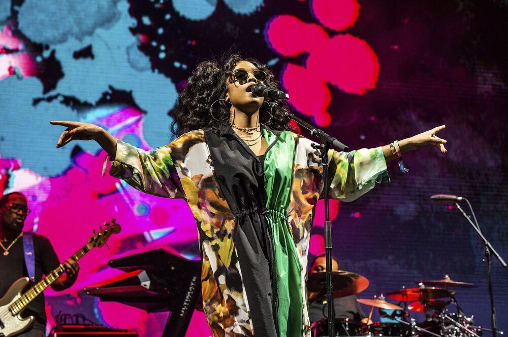 L'esibizione della cantante H.E.R durante il festival Coachella Music & Arts negli Usa.