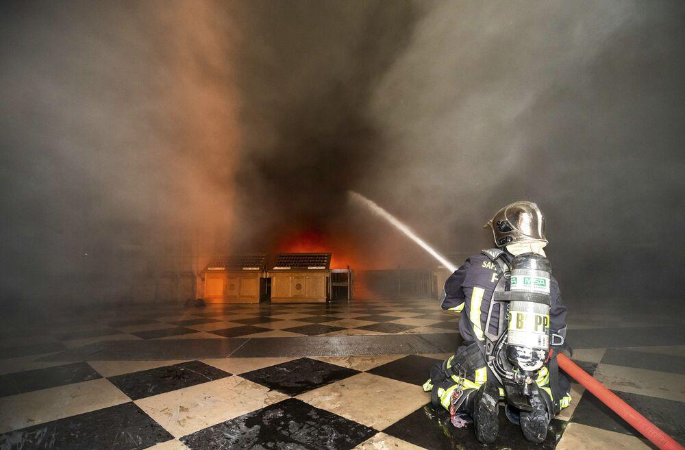 L'incendio nella Cattedrale di Notre Dame a Parigi.