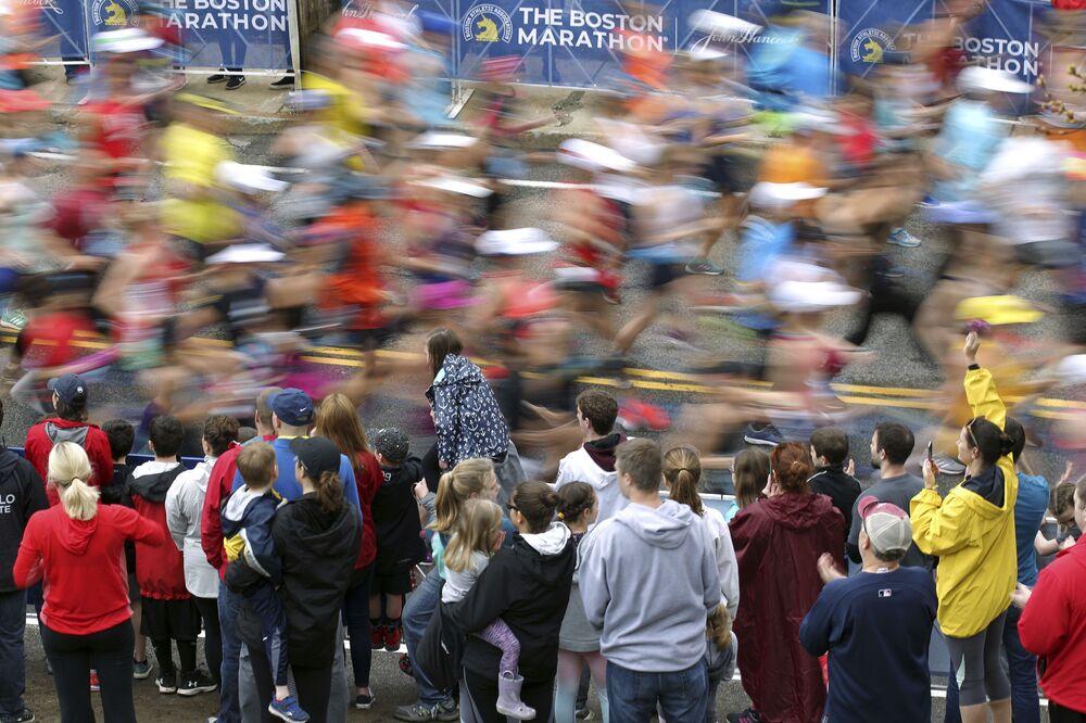 I fan e i partecipanti alla maratona di Boston, USA, 15 aprile 2019.
