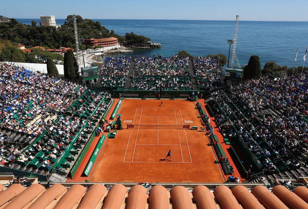 Il tennista Fabio Fognini contro il tennista russo Andrej Rublev in una partita al terzo giorno del torneo di tennis Monte Carlo ATP Masters Series in Monaco.