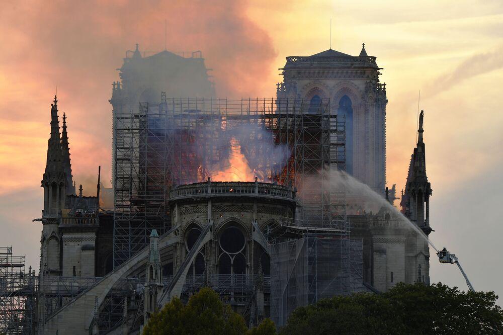 Vigili di fuoco cercano di estinguere l'incendio nella Cattedrale di Notre Dame a Parigi.