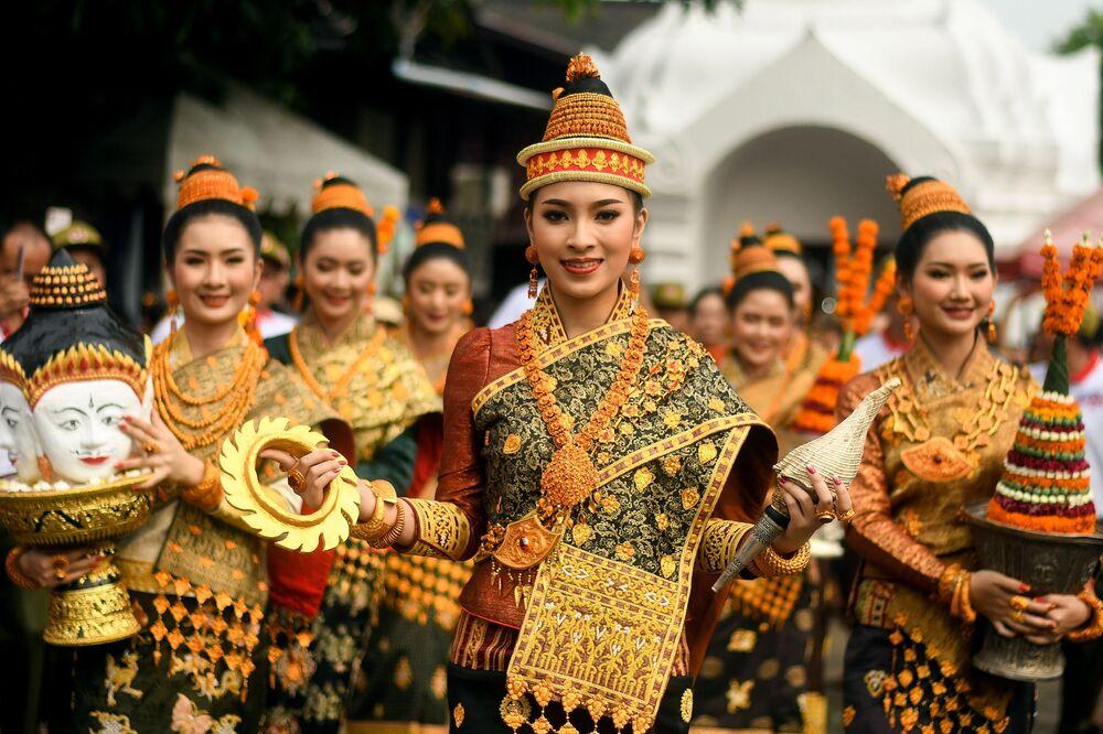 Ragazze festeggiano l'Anno Nuovo, ovvero Pi Mai, a Luang Prabang, Laos.