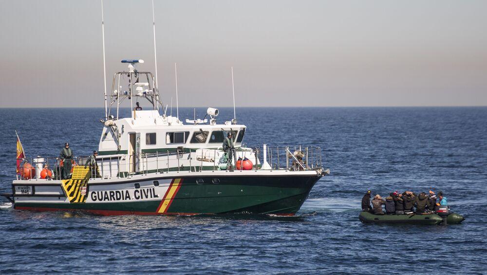 Un'imbarcazione con migranti clandestini è stata fermata dalla Guardia civile spagnola nel mar di Alboran.
