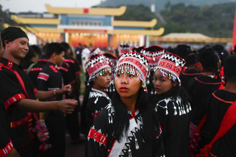 Ragazze in costumi tradizionali partecipano alla prove generale della parata militare in occasione dei 30 anni del cessate il fuoco concordato con l'esercito del Myanmar.