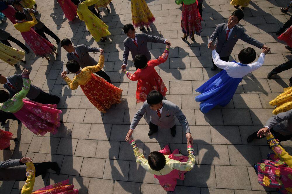 Studenti festeggiano il Giorno del Sole, ossia l'anniversario della nascita del fu leader nordcoreano Kim Il Sung, a Pyongyang, Corea del Nord.