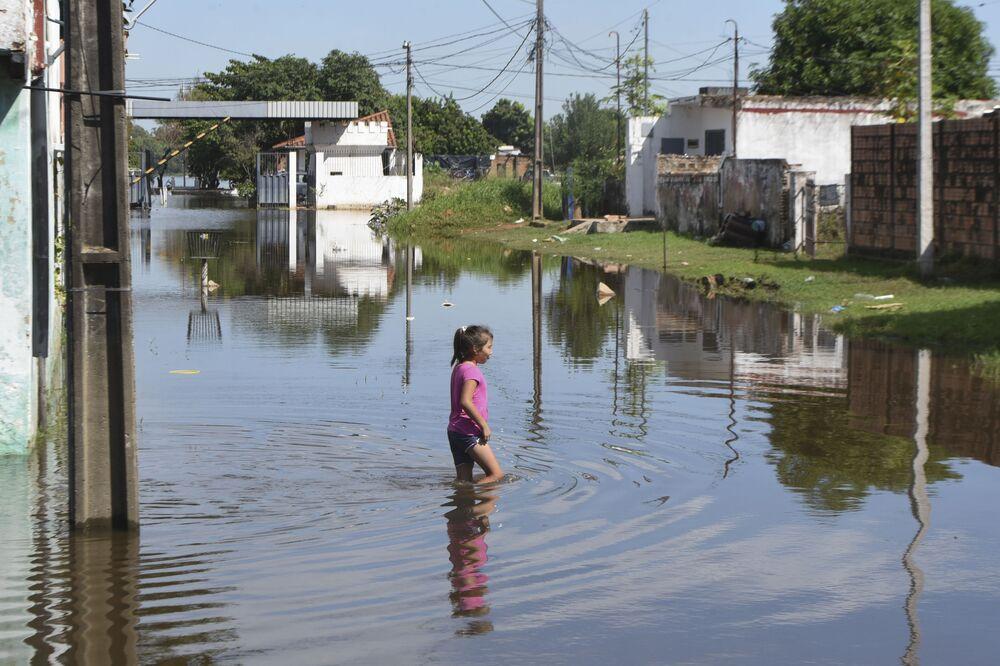 Una bambina vista durante l'alluvione nella regione di Asuncion in Paraguay.