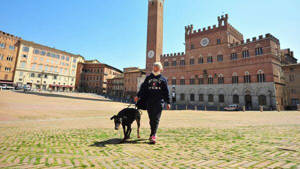 Una donna porta a spasso un cane sulla Piazza del Campo a Siena - Sputnik Italia