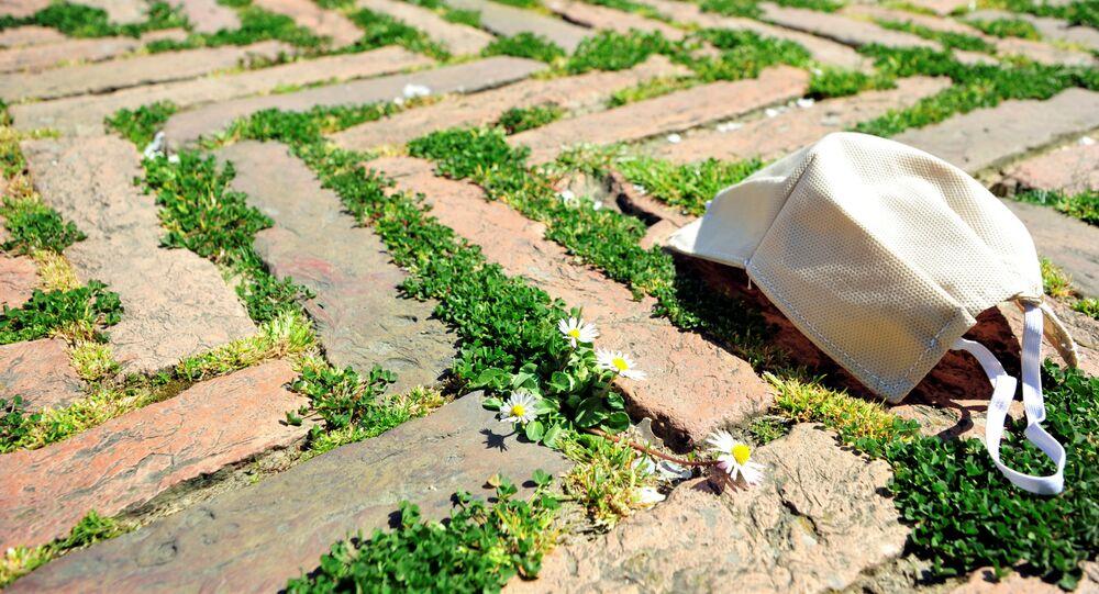 Una mascherina sull'erba della Piazza del Campo a Siena