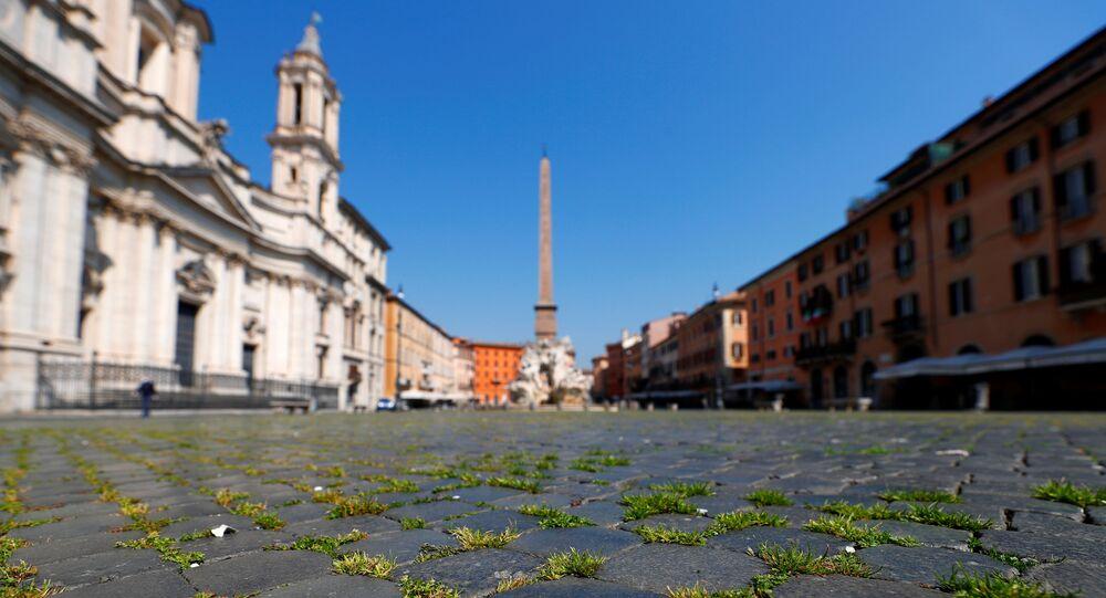 L'erba nella Piazza Navona a Roma