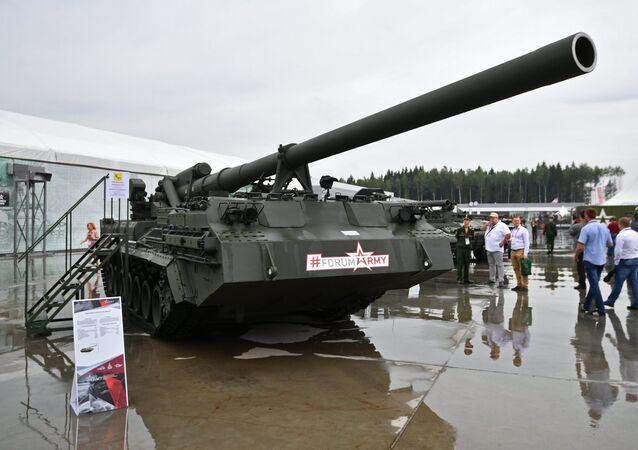 Una semovente d'artiglieria Malka 2S7M al Forum tecnico-militare internazionale dell'Esercito 2017 fuori Mosca.