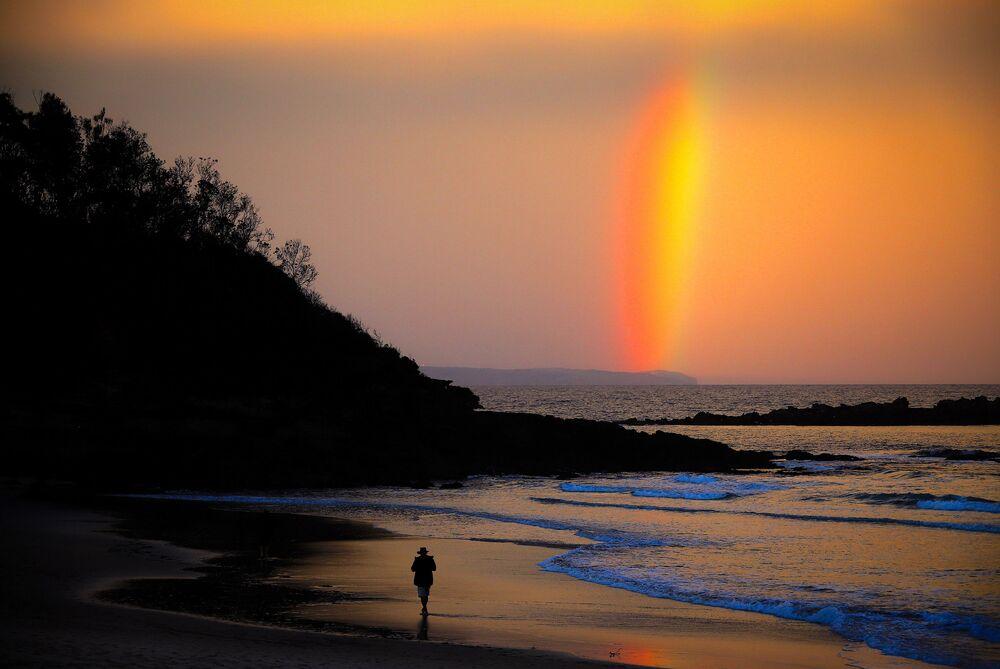 L'arcobaleno sul cielo al tramonto sulla spiaggia di Narrawallee a Mollymook, Australia